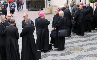 Biskupi zatwierdzili jednolite brzmienie kilku polskich modlitw.
